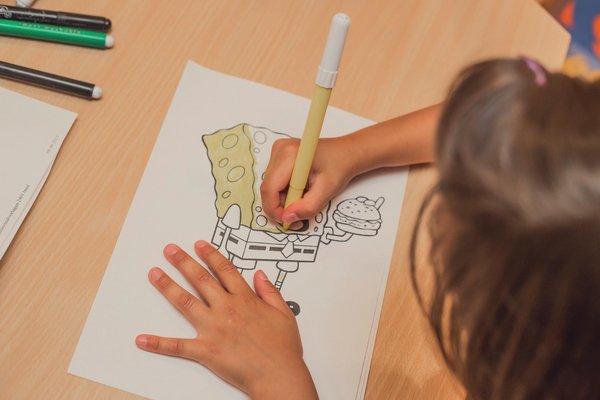 Kind das zeichnet
