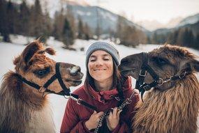 Frau mit zwei Lamas