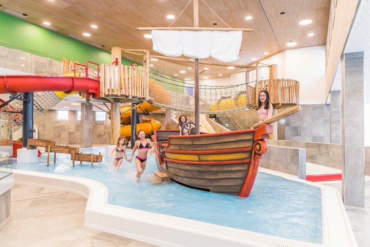 Kinderpool mit Piratenschiff