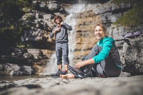 Paar macht Pause beim Klettern