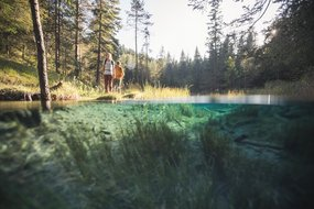 Wanderer am Gebirgssee