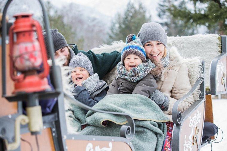 Familie in Kutsche im Winter