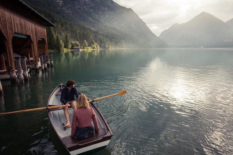 Paar am Ruderboot
