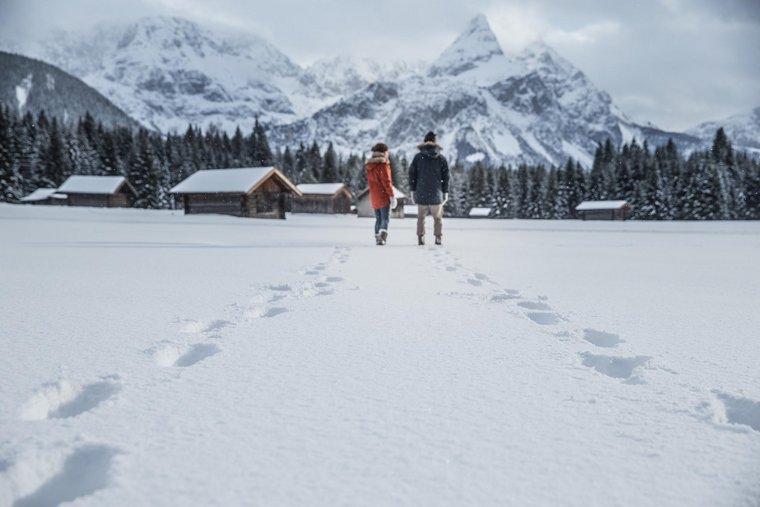 Paar spaziert im Schnee
