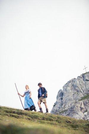 Paar in Tracht beim Wandern