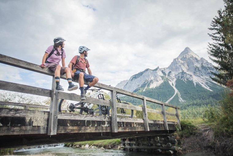 Mountainbiker machen Rast auf Brücke