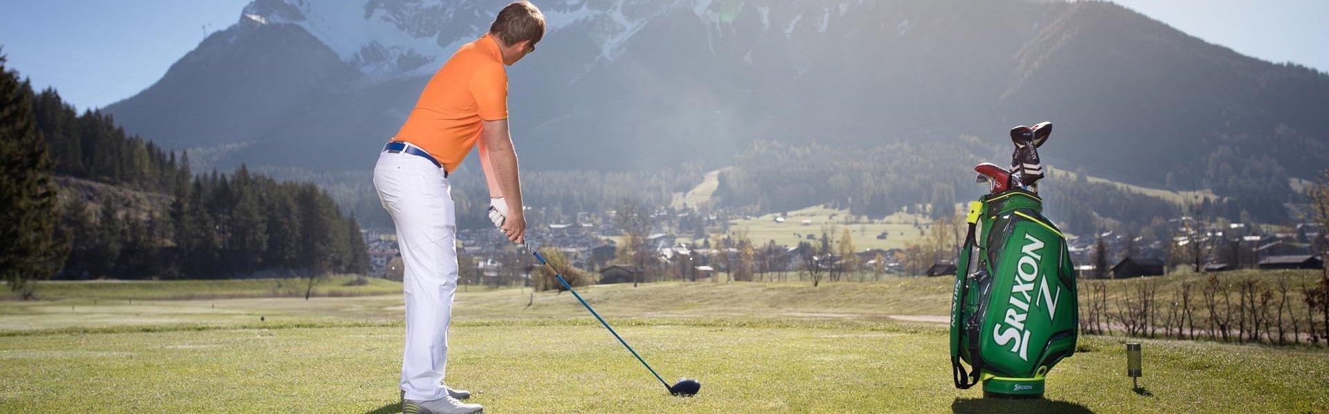 Golfer vor Zugspitzpanorama