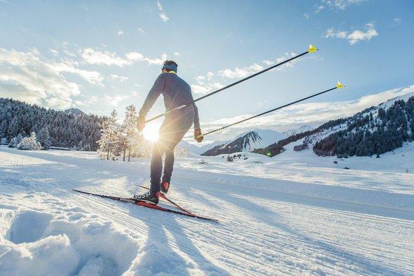 Langläufer in tief verschneiter Landschaft