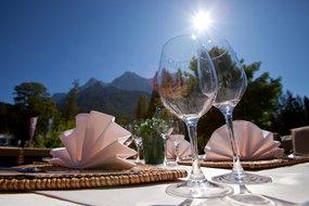Weingläser auf Terrasse