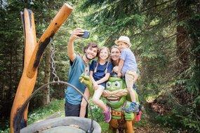 Familie beim Wandern macht ein Selfie