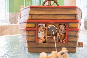 Kinder spielen im Piratenschiff