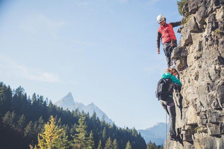 Paar beim Klettern am Fels