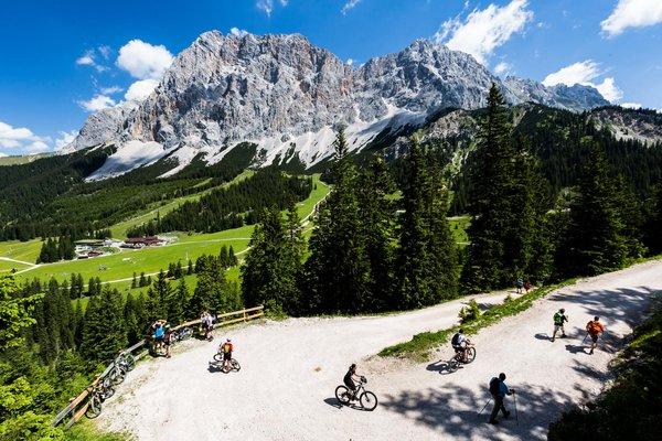 Moutainbiker vor Zugspitz-Panorama