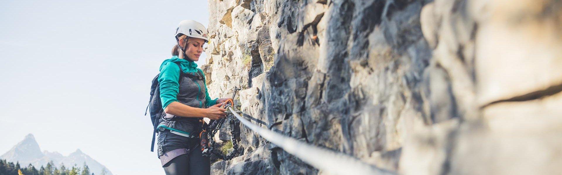 Frau am Klettersteig