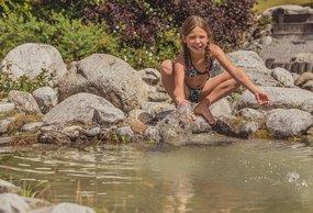 Mädchen spielt am See