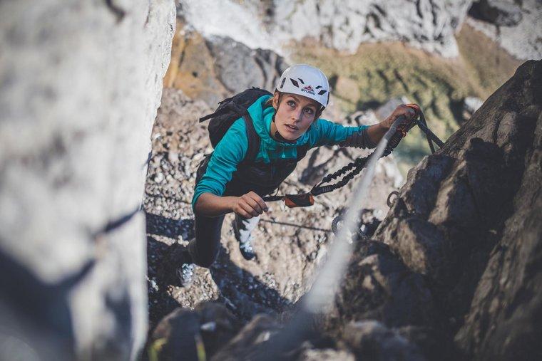 Frau beim Klettern mit Seil