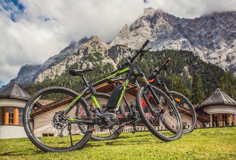 Mountainbikes vor Bergpanorama