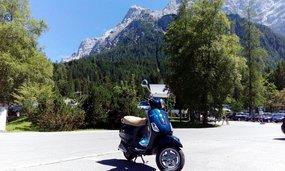 Vespa vor Bergpanorama