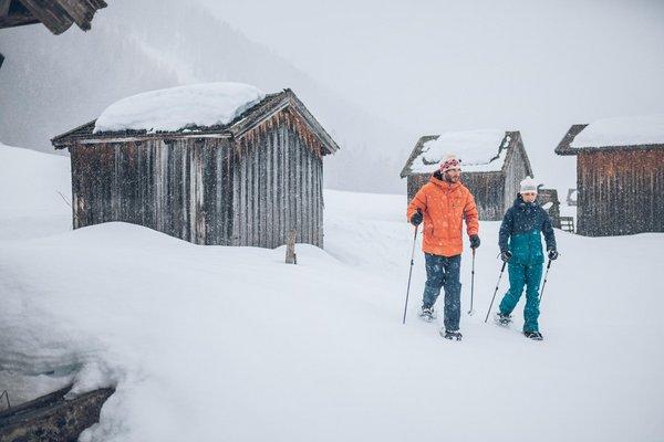 Paar beim Schneeschuhwandern