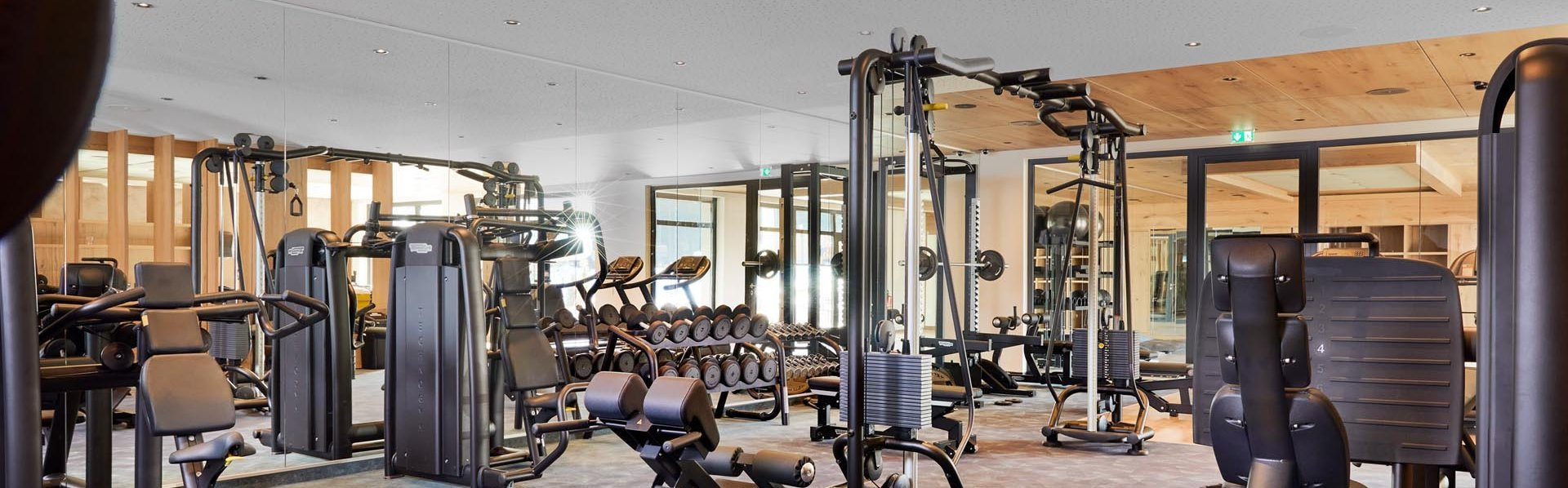 Fitnessraum mit Geräten