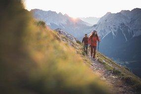 Paar bei Sonnenaufgangswanderung