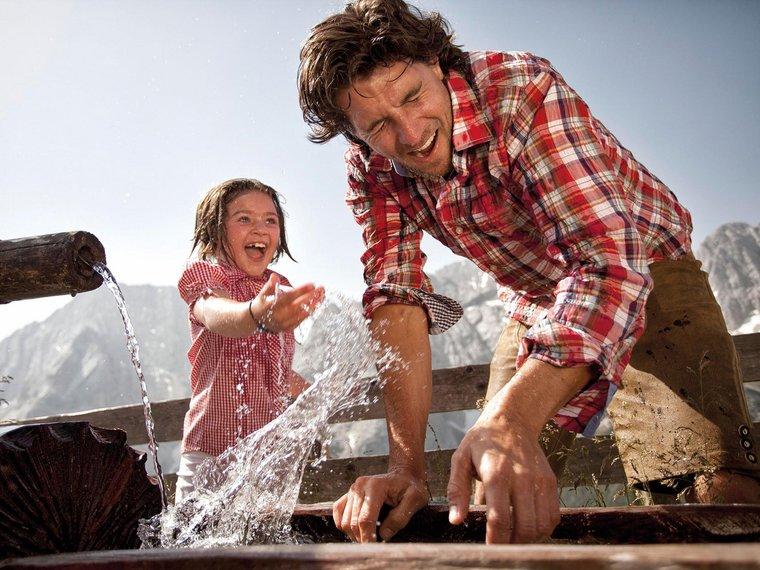 Vater und Tochter am Brunnen
